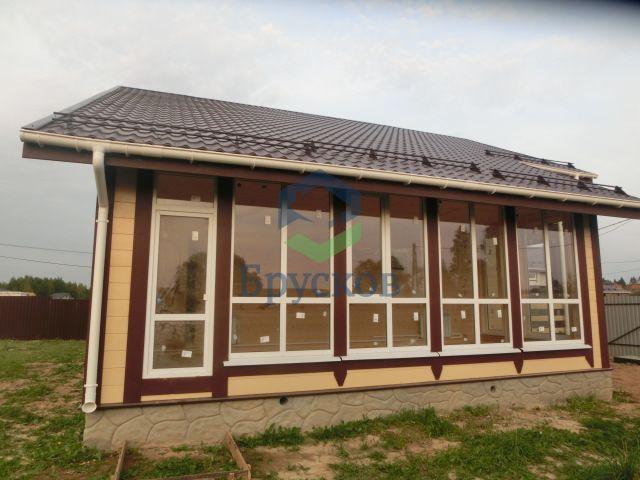 дом из бруса с большими окнами